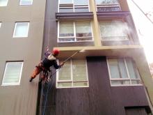 Мойка фасадов и окон зданий: выполнение клининговых работ