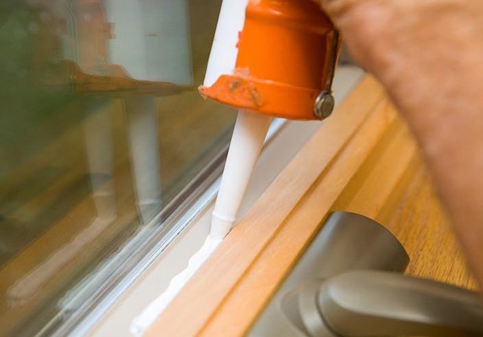 Обработка герметиком оконных и дверных проёмов
