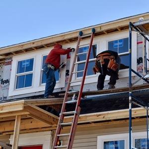 Вне зависимости от материала при отделке фасада мансарды следует соблюдать инструкцию и технику безопасности